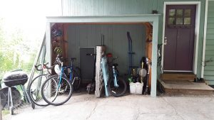 The mini garage, clutter-free and accessible!